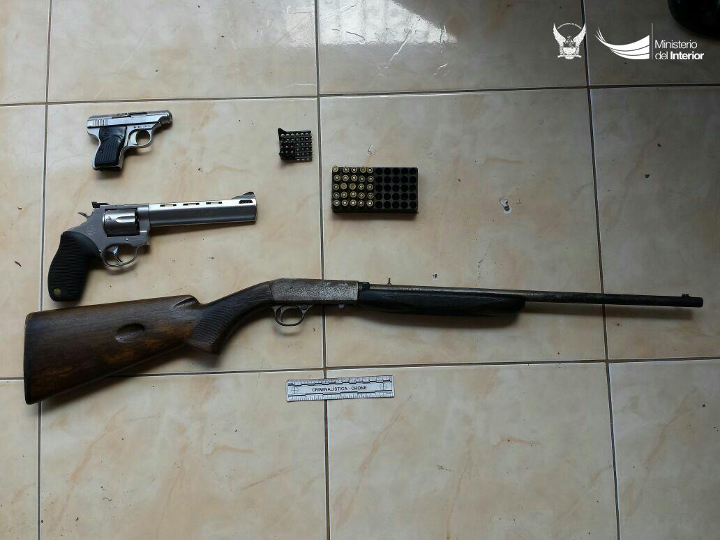 armas-de-fuego-y-municiones-decomisadas-en-el-sitio-el-guabal-en-chone